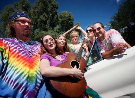 mujer hippie: Grupo de los hippies con el guitarrista femenina