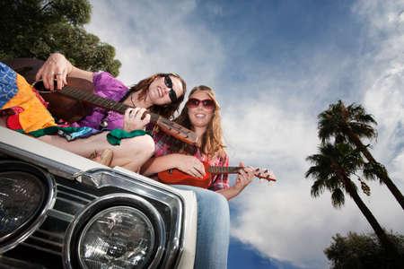 mujer hippie: M�sicos Mujer en un coche viejo Foto de archivo