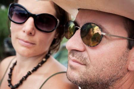 세련된 선글라스를 착용하고 매력적인 성인 커플