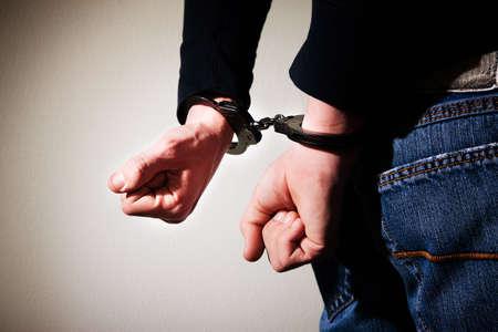 cuffed: Hombre joven con las manos esposadas a la espalda