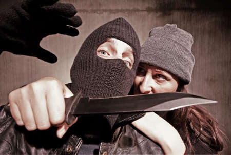 그녀의 라이벌의 목에 나이프와 여성 범인 스톡 콘텐츠