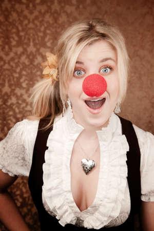 nez de clown: Assez jeune fille blonde avec nez rouge clown