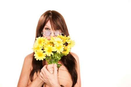 mujer hippie: Mujer bonita hippie con margaritas de pl�sticos brillantes