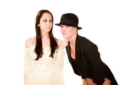 boda gay: Dos mujeres vestidas como novio y brinde tradicional