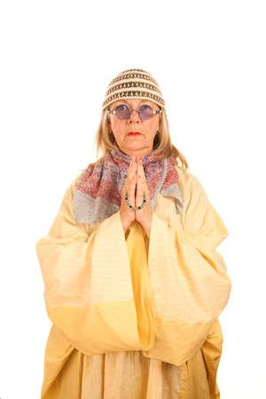new age: Mujer de loco new age con abalorios en una t�nica amarilla Foto de archivo
