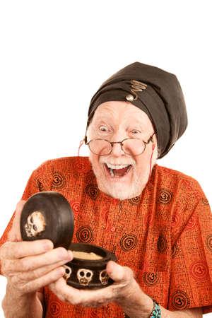 new age: New Age Man Senior con sustancias Strange en el cuadro de esqueleto Foto de archivo