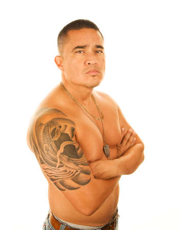 Knappe Latino man met grote tatoeage op schouder