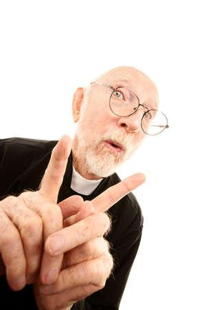 objecion: Senior sacerdote levantando el �ndice dedos en cada mano Foto de archivo