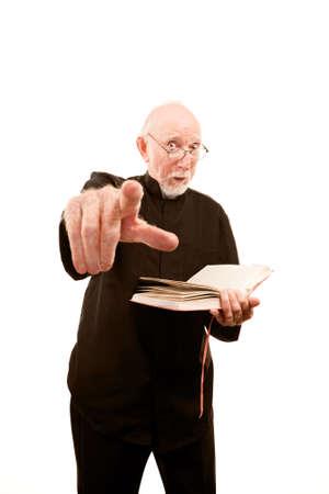 sacerdote: Enojado sacerdote o pastor dando un serm�n ardiente de Biblia