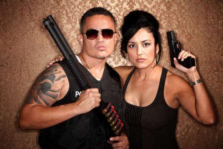 undercover: Poliziotti sotto copertura maschi e femmine attraente con armi da fuoco