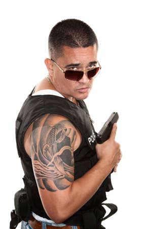 권총을 들고 방 탄 조끼에 힘든 히스패닉 경찰 스톡 콘텐츠