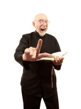 pr�tre: Pasteur principal donnant un sermon fiery avec la Bible en main
