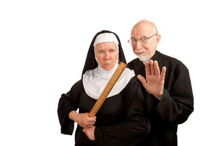 面白い司祭と修道女修道服と白い背景の上のルーラー