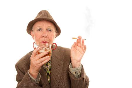 Senior vrouw in tweed roken en alcohol te houden