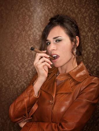 시가와 어두운 가죽 코트에 여자 스톡 콘텐츠