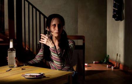 intoxicant: Alcolica donna con bottiglia di liquore chiaro