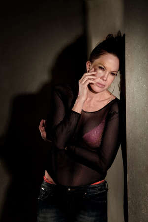 prostituta: Prostituta en pasillo con hematoma en su mejilla  Foto de archivo