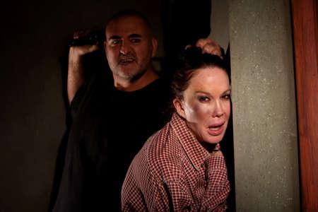 violencia domestica: Hombre de la mujer en el pasillo con hematoma en su mejilla con amenazantes Foto de archivo