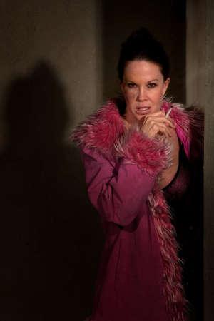 hoer: Prostituee in gang met blauwe plek op haar wang