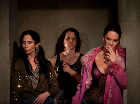 prostituta: Prostitutas asustadas en pasillo con proxeneta