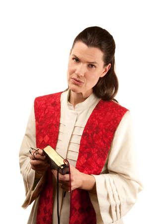 estola: Pastor en t�nicas blancas con la Biblia y la estola rojo