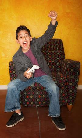 hispanic boy: Apuesto joven hispano de jugar un juego de video