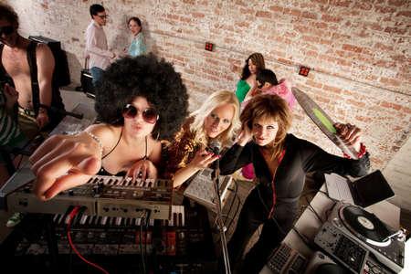 DJ femelle, retirez la scène à un années 1970 partie de musique Disco