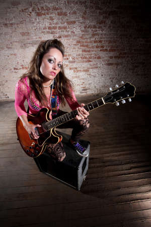 rocker girl: Muchacha punk rocker sola con su guitarra