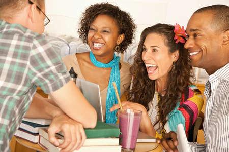 友人のグループが話しているとお互いに笑みを浮かべてします。水平方向のショット。