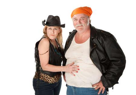 moteros: Mujer en traje de vaquera de piel de leopardo flirteando con gran hombre bellied