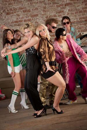 chicas bailando: Dos chicas bastante rubias bailando con otros en una parte de m�sica disco de los a�os 70