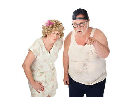 Gekicher älteres Ehepaar mit schmutzigen Kleidern auf weißem Hintergrund