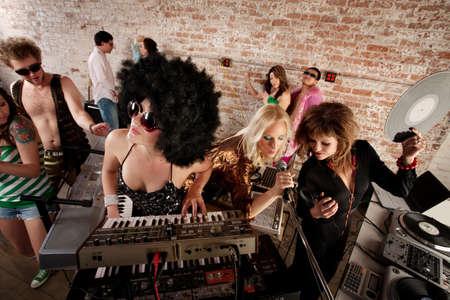 Tres intérpretes femeninas en una parte de música disco de los años 70