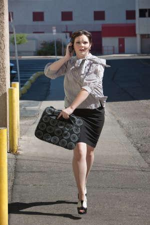 Vrouw loopt naar beneden de straat laat voor een vergadering.
