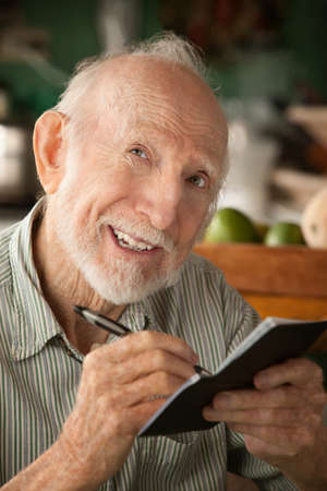 chequera: Hombre Senior en casa con chequera