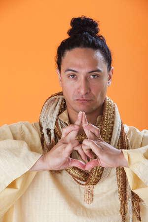 new age: Apuesto Guru nueva era hacer un extra�o s�mbolo con sus manos
