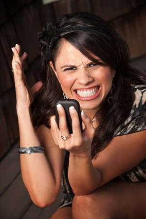 mujer decepcionada: Hermosa mujer recibir llamadas o texto en su tel�fono m�vil