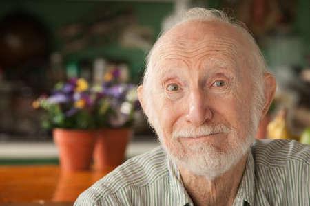 Senior guapo en casa en su casa  Foto de archivo - 8251844