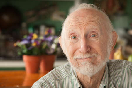 anciano feliz: Senior guapo en casa en su casa