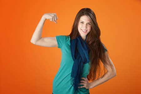 Leuke jonge lachende vrouw toont haar Biceps Stockfoto - 8575530
