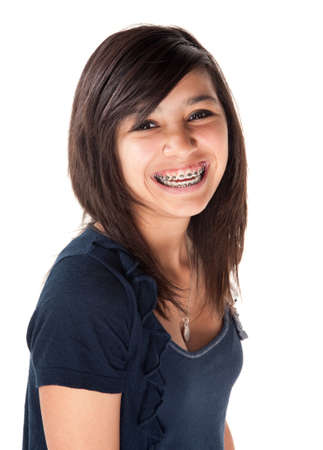 orthodontics: Linda chica adolescente hispano con llaves y una gran sonrisa