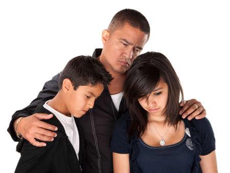 petite fille triste: P�re hispanique avec enfants regardant vers le bas et triste sur fond blanc