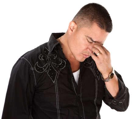 man thinking: Native American man r�fl�chir profond�ment avec les doigts sur les sourcils