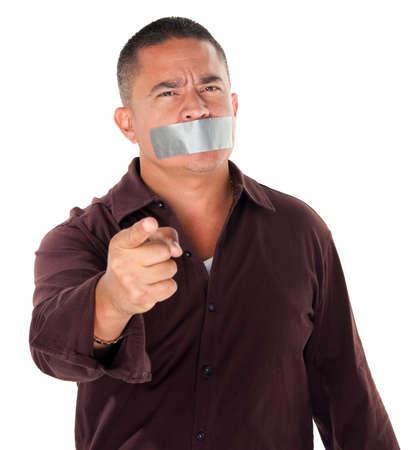 verst�ren: Angry Hispanic Man mit Klebeband �ber seinen Mund und Zeigefinger auf wei�em Hintergrund