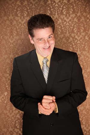 Joven empresario de Cáucaso luciendo una sonrisa astuto  Foto de archivo