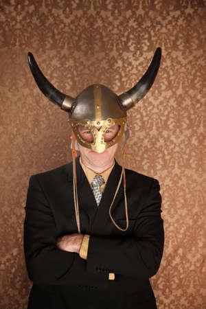 vikingo: Empresario de casco oscuro de traje y viking Foto de archivo