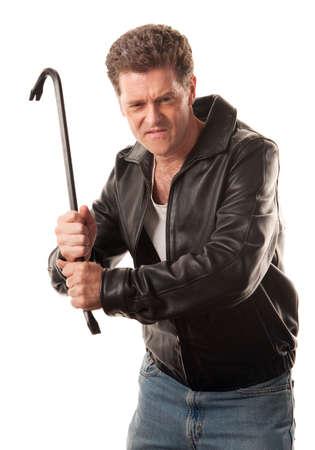 sicario: Hombre enojado en la chaqueta de cuero listo para golpear con una palanca