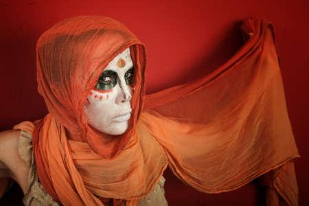 여자 빨간색 배경에 스카프와 날개처럼 그녀의 손을 확산