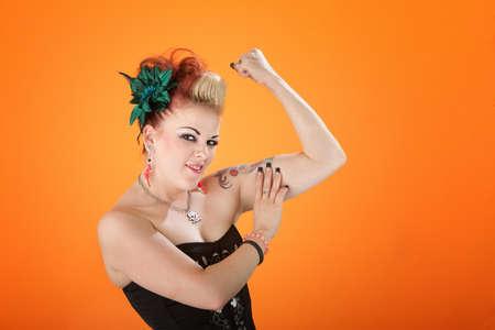 flamboyant: Flamboyante vrouw pronkt haar biceps
