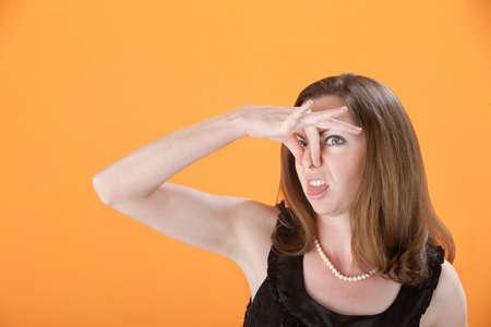 tufo: Mujer cauc�sica aprieta su nariz y sobresale de la lengua